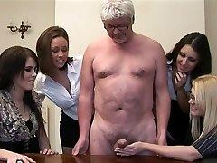Las mujeres dan paja a un hombre viejo pervertido