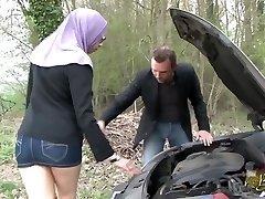 Sarah AbdelKhader suce sønn mec dans la voiture Beurette Tur