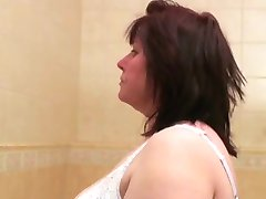 BBW Babica dobi off v kopalnici