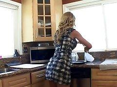 Эротические брюнетка красотка сосет грудастая блондинка&амп;#039;ы соски