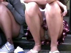 Mädchen sitzt auf der Straße - upskirt!!