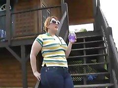 Blond Irländska Pawg M. J. är howing hennes rumpa utanför visa