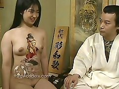 Kul Med Tattooed Asiatisk Slyna