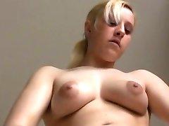 Blondes Babe mit Schamhaaren stript in Kueche!