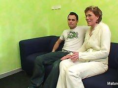 Bestemor ser på porno før du får knullet av en yngre fyr