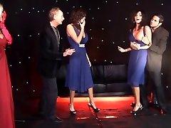 British Naisten kaksoset ja ystävänsä saada kuseen lavalla