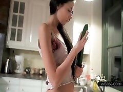 Jasmin folla su coño con un pepino