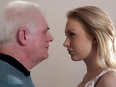 Viejo reclutador joder chica joven en una entrevista