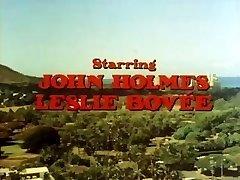 Porno clásico con John Holmes recibiendo su polla aspirado