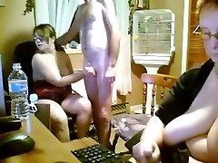 Española joven y viejo trío en la cocina - webcam