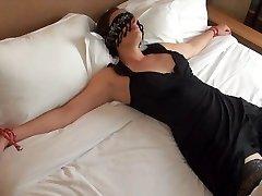Offerte les yeux bandes a un inconnu dans un hotel