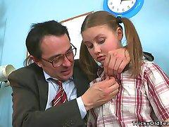 Učitelj napaljeni u dobi od požude primi ispriku od njega simpatični student iz косичками