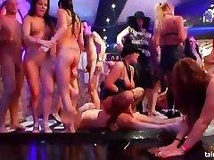 Kinky filhotes festa nu no clube