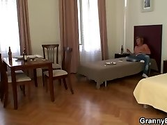Guy drills her old pussy after wild party