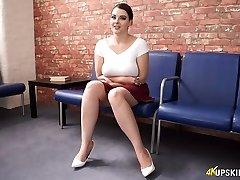 Ladná bílá sexy babe v červené sukni a bílé topy bliká koukání pod sukně