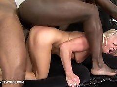 Blonde Babička v prdeli dvěma černochy, interracial hardcore