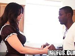 Mofos-徐娘半老喜欢这黑色的大屁股女主演麦迪逊
