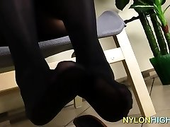 Ebony in nylon sucks her soles