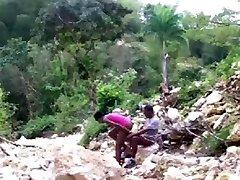 Negrinha magrinha dando o cu na cachoeira