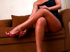 Striking babe takes off shoes to demonstrate you her beautiful feet and refined toes