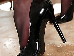 Sapphire Licks Her Black Pumps