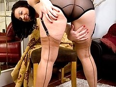 Naughty housewife Sofia in nude ff nylons!