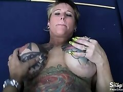 Plumper engetting stuffed in her ass and twat