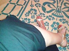 SEXY ARABIAN MILF FLASH HER LEGS