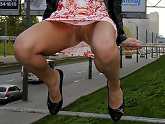 Hot chick\'s outdoor upskirt