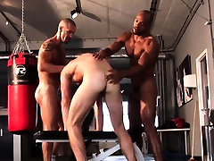 Ripped hunks throating and assfucking in trio