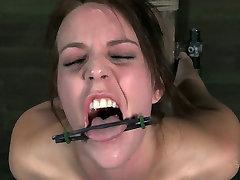 Slim bitch Alisha Adams moans while having spender kakak session