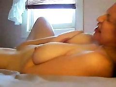 מפתה בלונדינית עם שדיים יפים שוכבת על גבה ו-mas