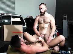 Muscly bear spurts cum