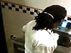 Flagra de punheta no banheiro do shopping