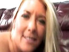 Dojrzała blondynka rożnie