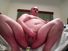 Fat man has an amazing orgasm inserting bottles in his ass.