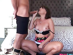 MILF gets off with delivery guy
