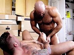 Muscly bear fucks n cums